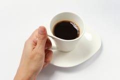 Tenuta della tazza di caffè. Fotografia Stock