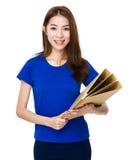 Tenuta dello studente con il suo lavoro del documento Fotografia Stock