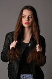 Tenuta di modello i suoi capelli Fine in su Priorità bassa bianca Immagine Stock Libera da Diritti