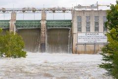 Tenuta di Tom Miller Dam che libera le acque di inondazione Immagini Stock