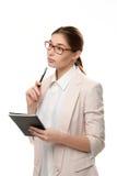 Tenuta diritta della giovane donna alla moda un blocco note e una penna Immagini Stock
