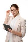 Tenuta diritta della giovane donna alla moda un blocco note e una penna Immagine Stock Libera da Diritti