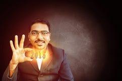 tenuta felice dell'uomo d'affari che brucia 2015 Fotografia Stock Libera da Diritti