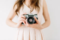 Tenuta felice della giovane donna nella vecchia macchina fotografica d'annata delle mani Fotografo della ragazza Fotografie Stock