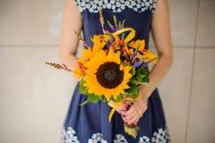Tenuta femminile del fiorista del negozio di fiore dei girasoli del mazzo Fotografia Stock Libera da Diritti