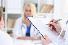 Tenuta femminile della mano di medico della medicina Immagini Stock