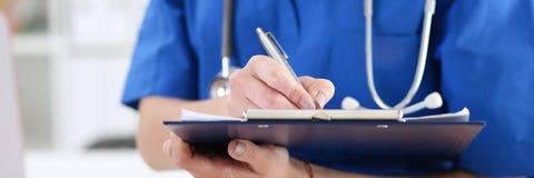 Tenuta femminile della mano di medico della medicina Immagini Stock Libere da Diritti
