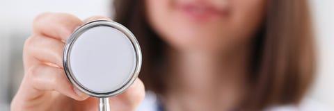 Tenuta femminile della mano di medico della medicina Fotografia Stock Libera da Diritti