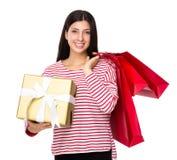 Tenuta indiana mista della donna con il sacchetto della spesa e un grande contenitore di regalo Fotografia Stock Libera da Diritti