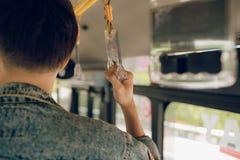 Tenuta maschio della mano su una maniglia del bus Fotografia Stock