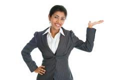 Tenuta nera della mano della donna di affari qualcosa Immagine Stock Libera da Diritti