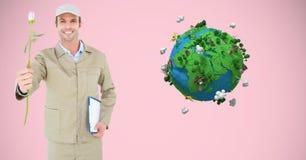 Tenuta sorridente del fattorino rosa e lavagna per appunti contro il poli globo basso Immagini Stock