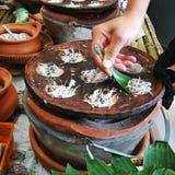 Tenuta tradizionale tailandese dolce della noce di cocco Fotografie Stock