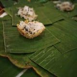 Tenuta tradizionale tailandese dolce della noce di cocco Immagine Stock