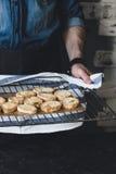 Tenute dell'uomo che raffreddano scaffale con pane tostato Immagine Stock Libera da Diritti