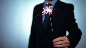 Tenute dell'uomo d'affari della stella filante in mani Feste di Natale, nuovo anno, partiti corporativi stock footage