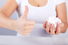 Tenute della donna a disposizione dei cubi dello zucchero fotografia stock libera da diritti