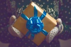 Tenute della ragazza nel regalo di Natale delle mani Fotografia Stock Libera da Diritti
