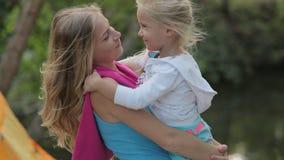 Tenute piene di energia della mamma sulle mani la sua bambina stock footage