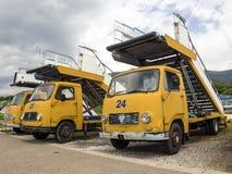 TEODO, MONTENEGRO-21 AUGUSTO retro il camion TAM-75 con un ragazzo Fotografie Stock