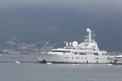 Teodo, Montenegro - 16 giugno: Yacht dorato di odissea nel porto di Teodo il 16 giugno 2014 Immagine Stock