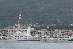 Teodo, Montenegro - 16 giugno: Yacht dorato di odissea nel porto di Teodo il 16 giugno 2014 Fotografie Stock Libere da Diritti