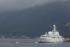 Teodo, Montenegro - 16 giugno: Yacht dorato di odissea nel porto di Teodo il 16 giugno 2014 Immagini Stock