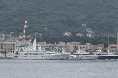 Teodo, Montenegro - 16 giugno: Yacht dorato di odissea nel porto di Teodo il 16 giugno 2014 Immagini Stock Libere da Diritti