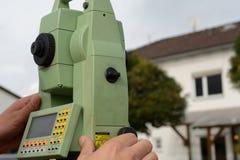 Teodolite del tester nell'industria dell'edilizia Fotografia Stock Libera da Diritti