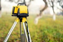 Teodolite livellato d'esame dello strumento di misura sul treppiede Fotografia Stock Libera da Diritti