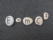 Teori E=mc2 av relativitet på sned stenar över lavasand Royaltyfria Foton