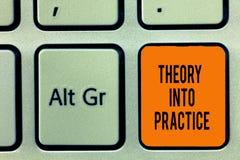 Teoria di scrittura del testo della scrittura in pratica Le mani di significato di concetto sull'apprendimento applicano la conos fotografia stock libera da diritti