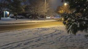 Teoria nocna Piękny, zimowy krajobraz z świeżym śniegiem i latarniami na terenie mieszkalnym zdjęcie wideo