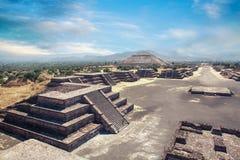 Teotihuacan, Мексика, пирамида солнца и бульвар De Стоковые Изображения RF