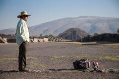 Homem na avenida dos mortos em Teotihuacan Fotografia de Stock Royalty Free