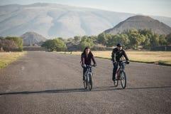 Bike i cavalieri sul viale dei morti in Teotihuacan Immagine Stock
