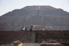 Mensen die herinneringen op de piramide van de Zon verkopen Royalty-vrije Stock Foto