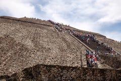 TEOTIHUACAN, MEXIKO - 28. DEZEMBER 2015: Leute auf Teotihuacan Stockbild