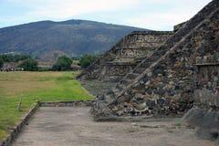Teotihuacan ostrosłupy z ostrosłupem księżyc w tle Zdjęcia Stock