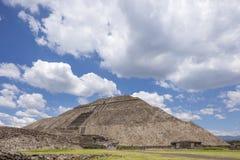 Teotihuacan pyramider Mexico med perfekta patchy moln Arkivfoton