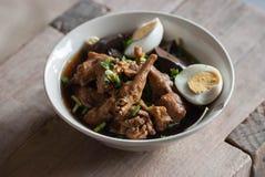 Teow kway de la sopa de fideos tailandesa fresca del pollo foto de archivo