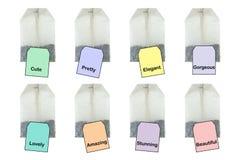 Tepåsar med olika etikettetiketter, varmt te med den choosable charaen Arkivfoto
