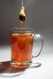 Tepåsen och exponeringsglas rånar av varmt te Royaltyfri Fotografi