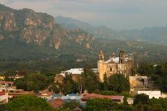 Tepoztlan härlig kyrka Mexico magisk stad royaltyfri bild