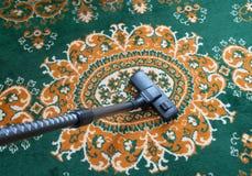 Teppich, der mit Staubsauger Staub saugt stockbilder