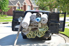 Teppich rollt im Packwagen Stockfotografie