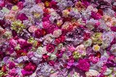 Teppich von mehrfarbigen künstlichen Blumen Lizenzfreies Stockfoto