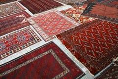 Teppiche auf Straße Stockfotos