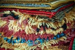 Teppiche in einem Straßenshop Stockfotografie