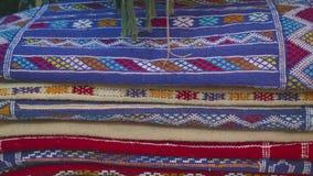 Teppiche mit arabischen Mustern auf Marktgeschäft in Tanger stock video